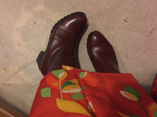 """さとしさんはTwitterを使っています: """"本日コーデ。14度雨風。赤地に木の葉ウール着物に、縞の半幅帯でタレなし佐吉結び。筒袖半襦袢、腹巻補正、裾除け、ステテコ、タイツ、サイドゴアブーツ。ブーツなので短く着付け。帽子は雨風対策。#着物 https://t.co/8P11EK0g6J"""" (3950)"""