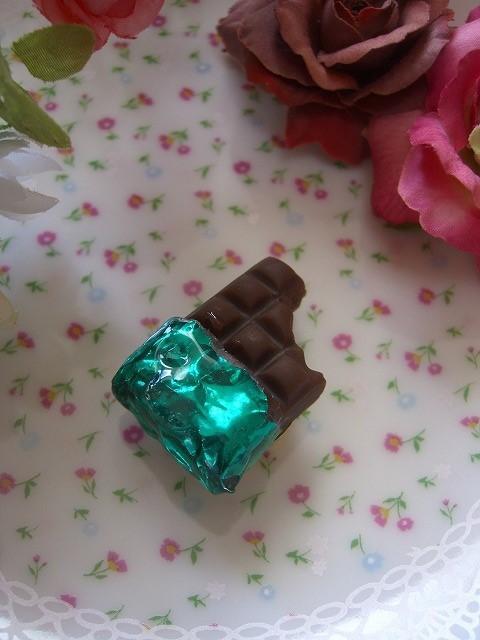 一口かじられたチョコ帯留め