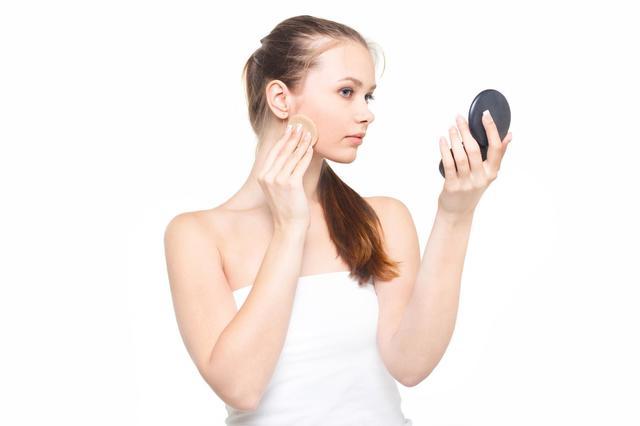 コンパクトミラーを見ながら真剣な表情で化粧をする女性|フリー写真素材・無料ダウンロード-ぱくたそ (5085)