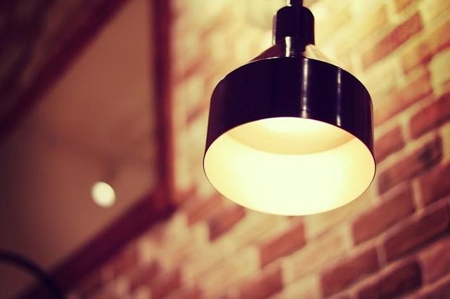 部屋をやさしく照らすペンダントライトのフリー写真素材|GIRLY DROP (5402)